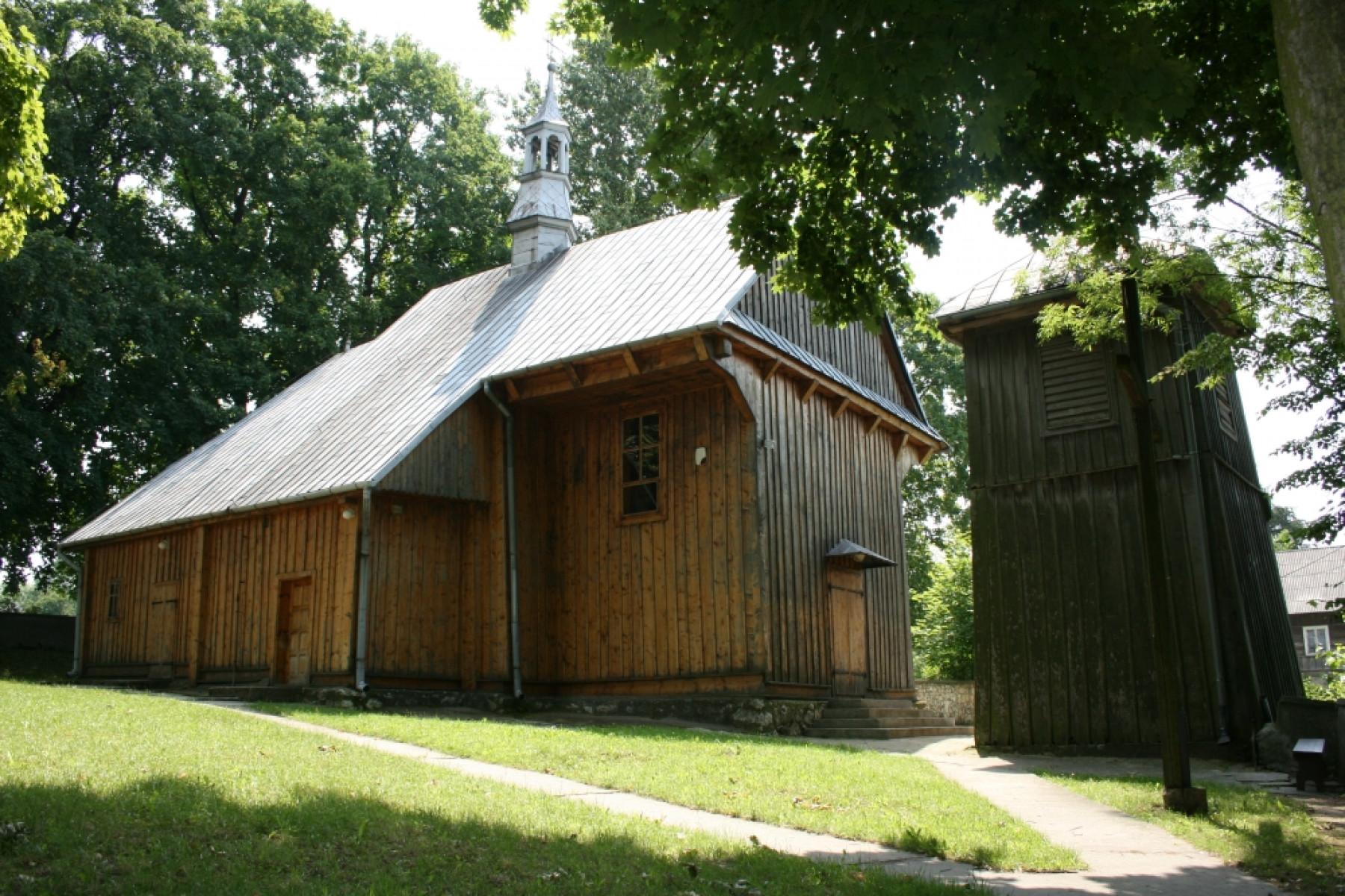 Kościół parafialny w Ulinie Wielkiej z 1655r. z zabytkową drewnianą dzwonnicą z przełomu XII i XIII wieku